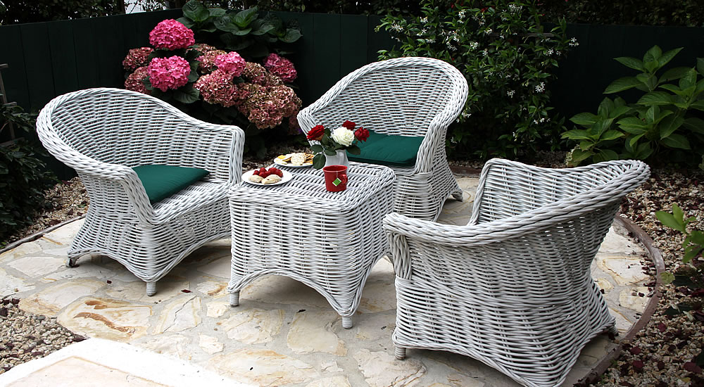 maid marian patio with talbe and chairs